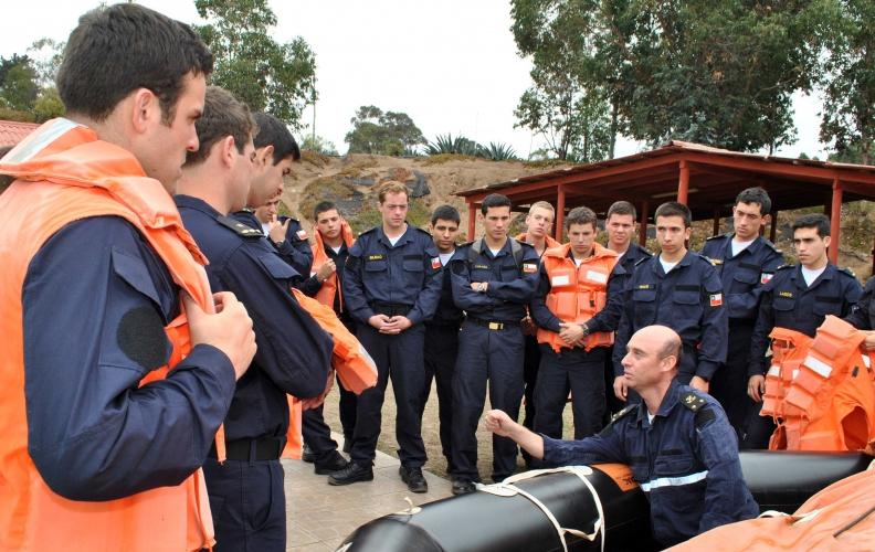 Guardiamarinas de la A.P.N. realizan curso de supervivencia en el mar