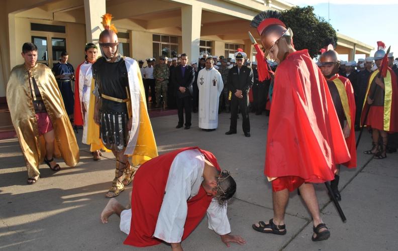 Vía Crucis Ecuménico realizaron los alumnos de la Academia Politécnica Naval.