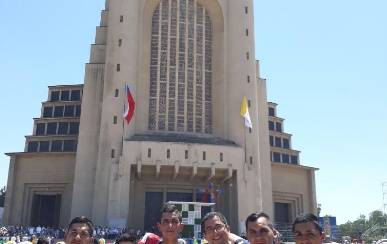 ALUMNOS DE LA APOLINAV PRESENTES EN VISITA DEL PAPA FRANCISCO.